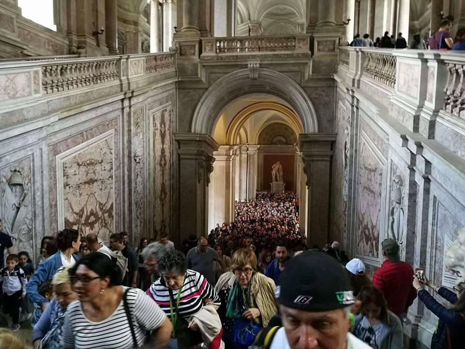 Dimostrazione della quantità di persone all'interno della Reggia di Caserta durante un'apertura gratuita domenicale.