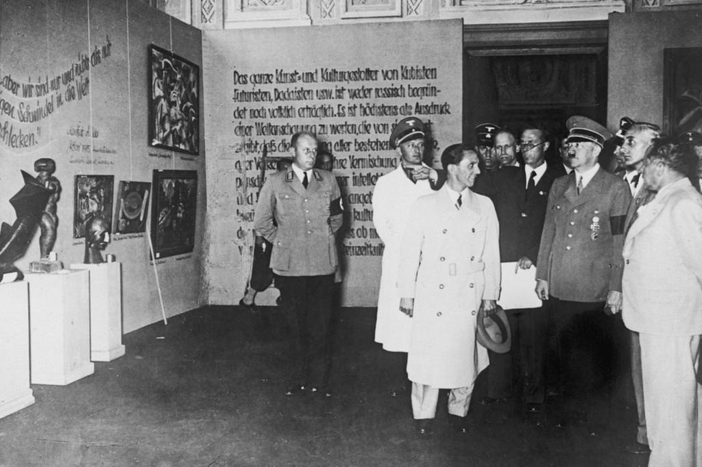 """Hitler in visita alla """"Mostra dell'arte degenerata"""" nel 1937."""