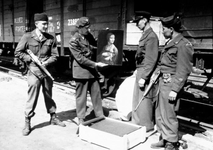 """Tre Monuments Men posano con la """"Dama con l'Ermellino"""" di Leonardo, recuperata nell'aprile 1946 in Polonia. (dal sito  monumentsmenfoundation.org)"""