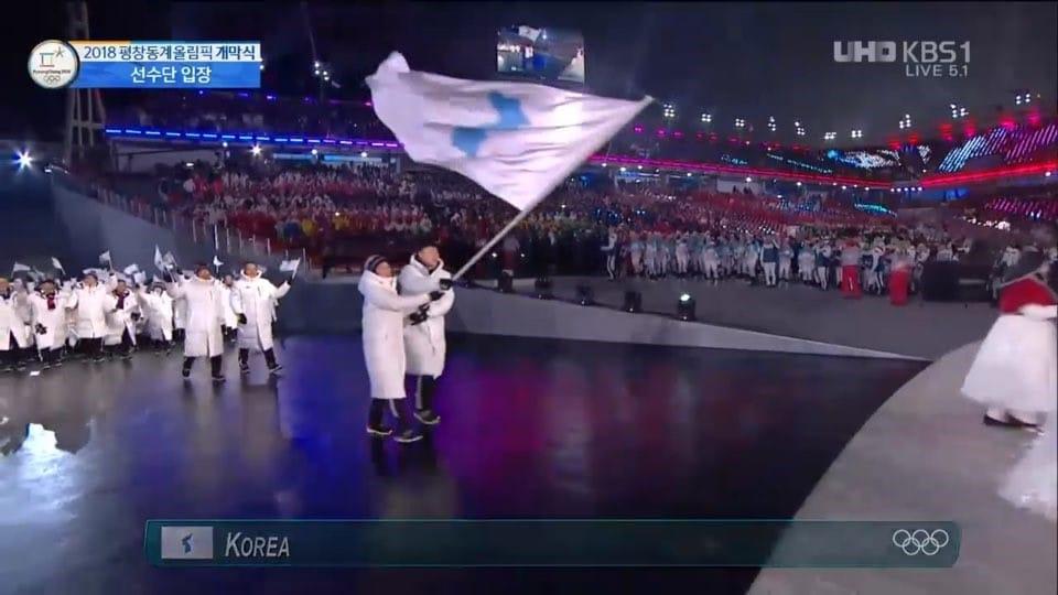 Olimpiadi Invernali 2018. Gli atleti delle due coree sfilano insieme nella cerimonia d'apertura.