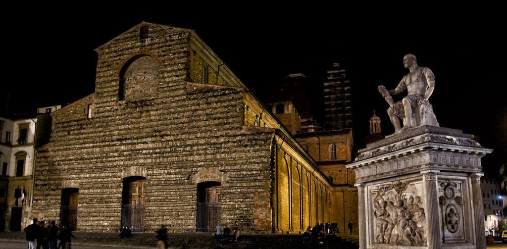 La Basilica di San Lorenzo e il Monumento a Giovanni delle Bande Nere di notte