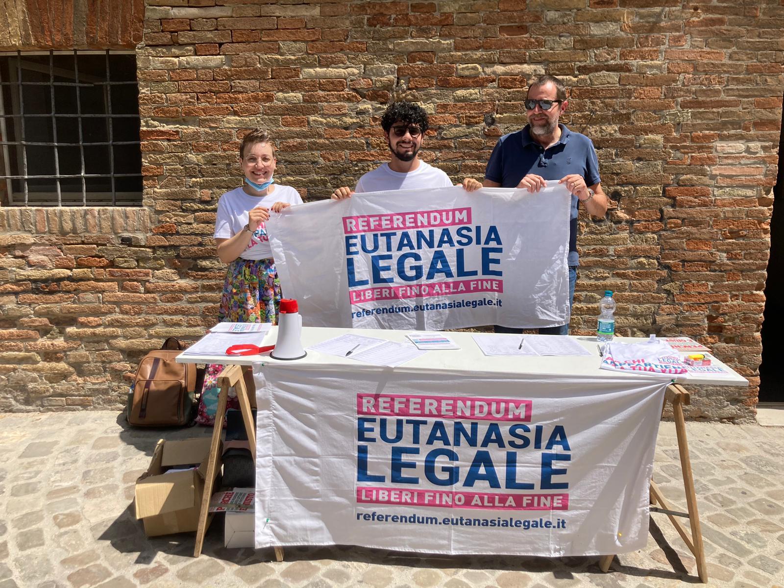 Giovanni Alvarez ed altri attivisti durante una raccolta firme per il referendum sull'eutanasia in piazza a Urbino, la cui festa è stata negata dall'Assessora e dall'amministrazione comunale